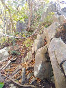 岩場にロープ